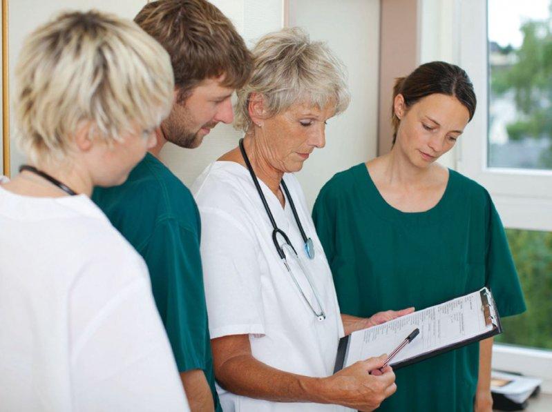 Mit der Arbeit in der ambulanten Versorgung können sich Ärztinnen und Ärzte über die Anstellung in einer Praxis vertraut machen. Foto: contrastwerkstatt/stock.adobe.com