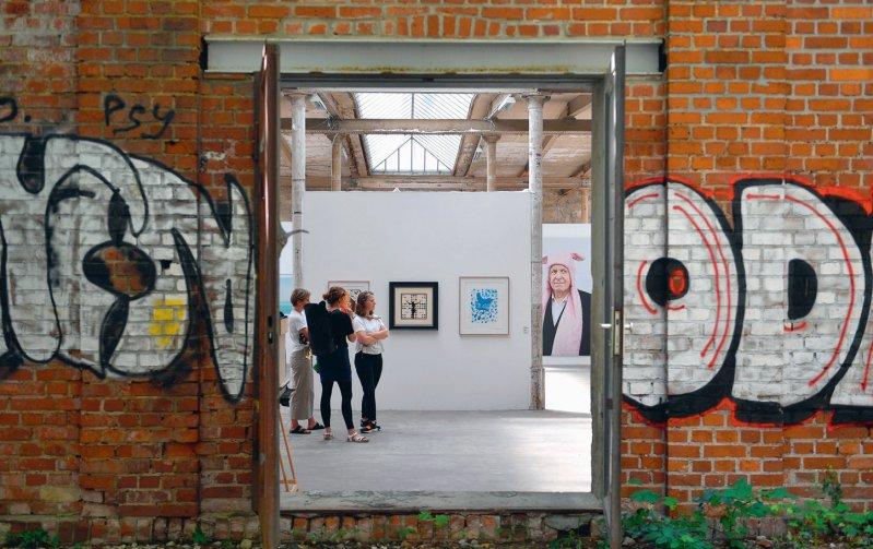 Die Fabrikgebäude der ehemaligen Baumwollspinnerei bieten Künstlern Platz zum Arbeiten und für Ausstellungen. Foto: picture alliance/dpa/Hendrik Schmidt