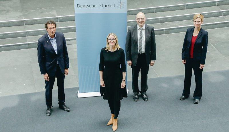 Sie sind ab sofort das Gesicht des Deutschen Ethikrates: Prof. Dr. phil. Julian Nida-Rümelin, Prof. Dr. med. Alena Buyx, Prof. Dr. iur. Volker Lipp und Prof. Dr. rer. nat. Susanne Schreiber (von links). Foto: Deutscher Ethikrat/Reiner Zensen