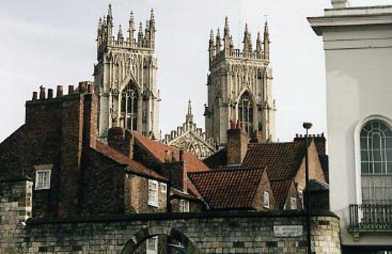 Blick von der Festungsmauer auf die Kathedrale von York. Ein Besuch des Münsters gehört zum touristischen Pflichtprogramm. Fotos: Heike Korzilius