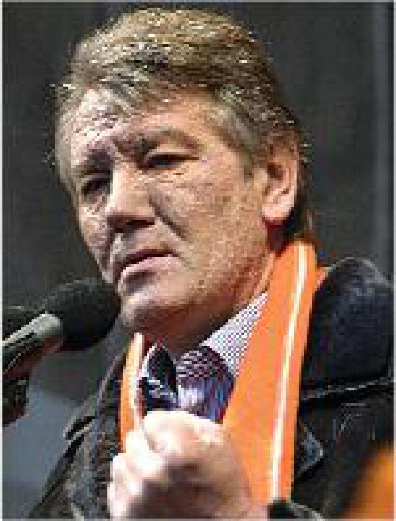 Viktor Juschtschenko Anfang 2004 (oben) und im Dezember Fotos: dpa