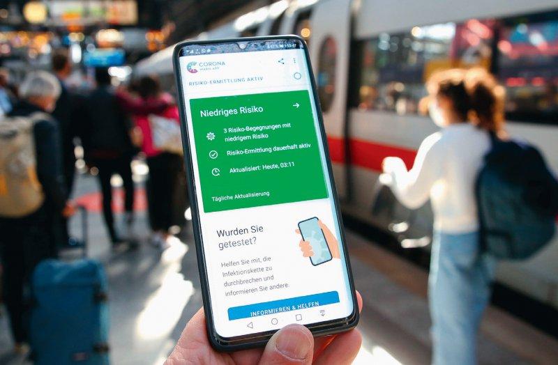 Begleiterin bei einer Reise: Mit der Warn-App sollen vor allem unbekannte Kontakte gewarnt werden. Doch nur wenige senden die positiven Ergebnisse. Foto: picture alliance/dpa/Bodo Marks