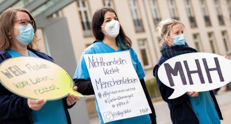 -rzte-und-Pflegekr-fte-protestieren-f-r-bessere-Arbeitsbedingungen
