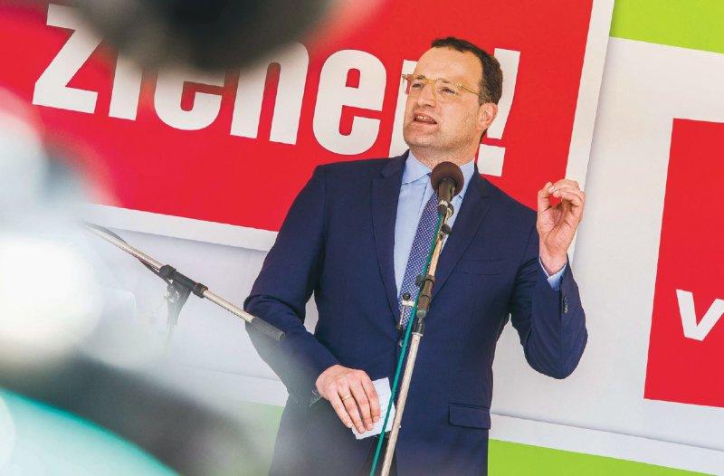 Minister Jens Spahn stellt sich der Kritik: In München sprach er im Rahmen der GMKKonferenz mit Pflegekräften, die zu bundesweiten Protesten aufgerufen hatten. Foto: picture alliance/ ZUMAPRESS.com/ Sachelle Babbar