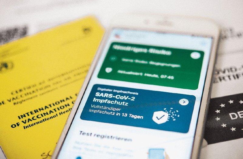 """Update: In seiner neusten Version kann die Corona- Warn-App auch das digitale Impfzertifikat anzeigen. Bald soll auch der """"Genesen-Status"""" hinzukommen. Foto: picture alliance/dpa/tmn/Zacharie Scheurer"""