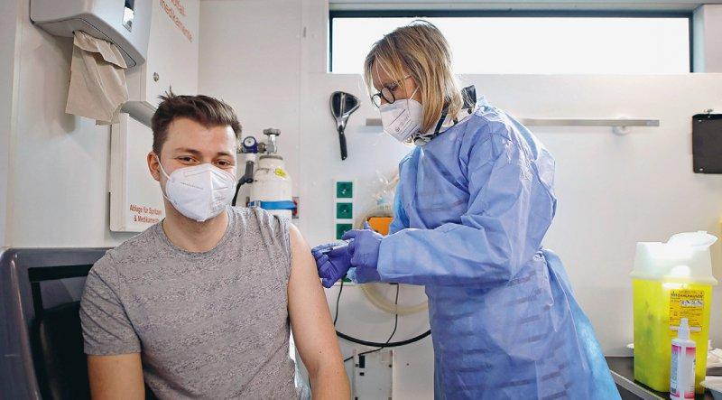 Die Frage der Auffrischungsimpfung gegen SARS-CoV-2 beschäftigt zunehmen Politik, Medizin und Gesellschaft. Foto: picture alliance/Geisler-Fotopress/Christoph Hardt
