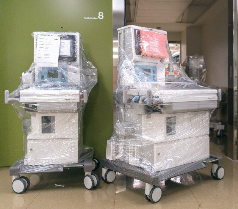 Neuangeschaffte Beatmungsgeräte: Allerdings ist oftmals unklar, wohin die Gelder gegangen sind. Foto: picture alliance/KEYSTONE/GEORGIOS KEFALAS