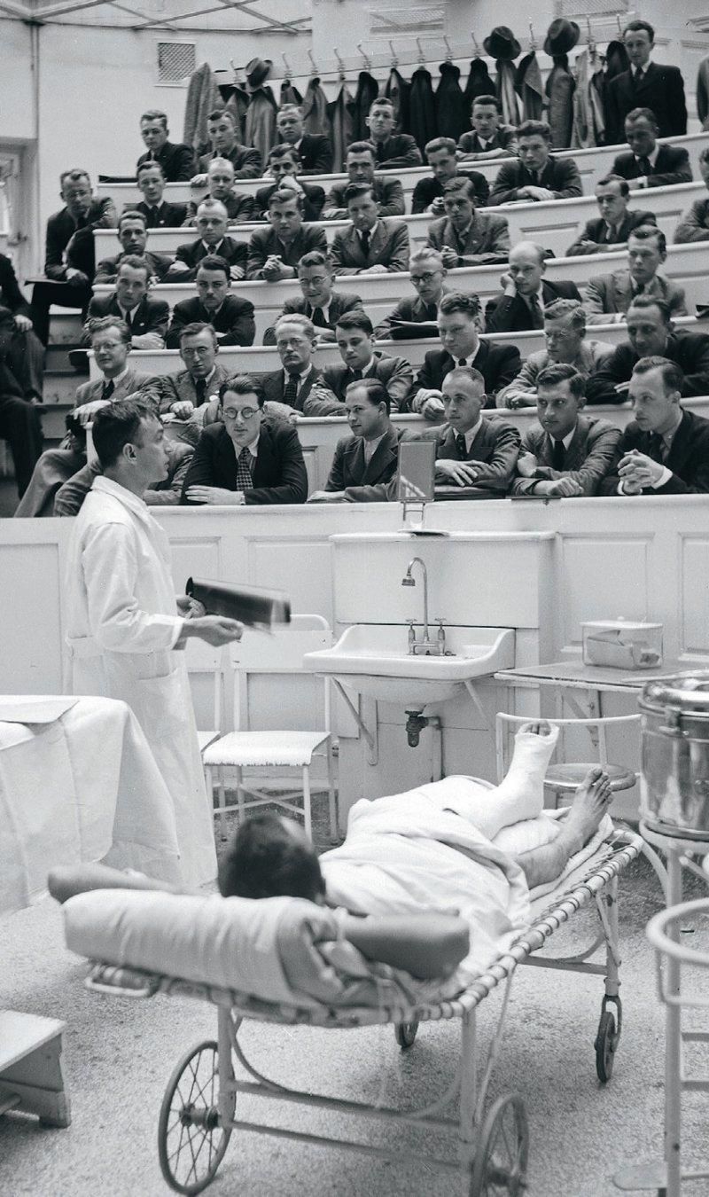 Tempi passati – die Zeiten, als Medizinstudenten neben dem Studium auch eigene Entdeckungen in der Grundlagenforschung machen konnten, sind wohl vorbei. Das Bild zeigt den Hörsaal der deutschen Universität in Prag in den 1930er-Jahren. Foto: picture alliance/VisualEyze-United Archives-United Archives