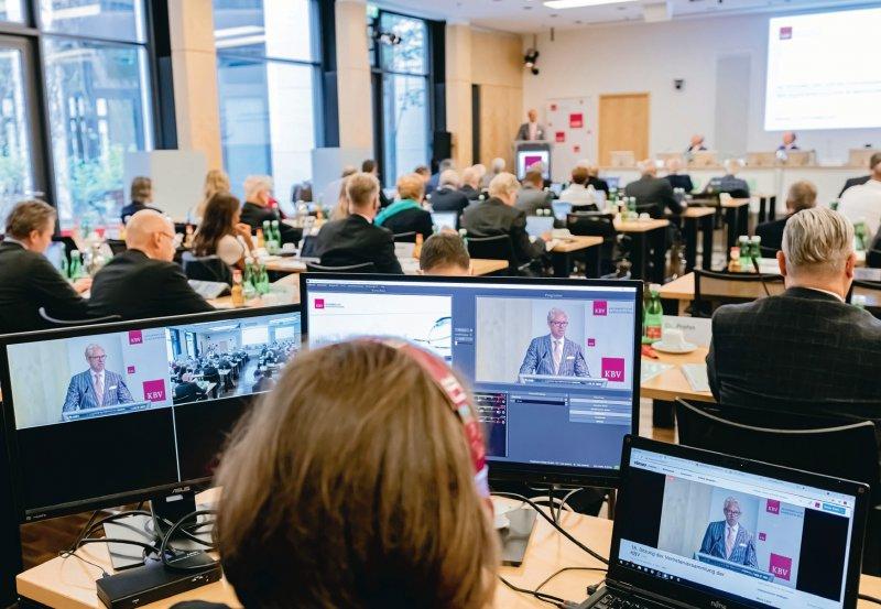 Tagung in Präsenz: Die Mitglieder KBV-Vertreterversammlung tagten in Berlin wieder in den Räumen der KBV. Fotos: Georg Lopata