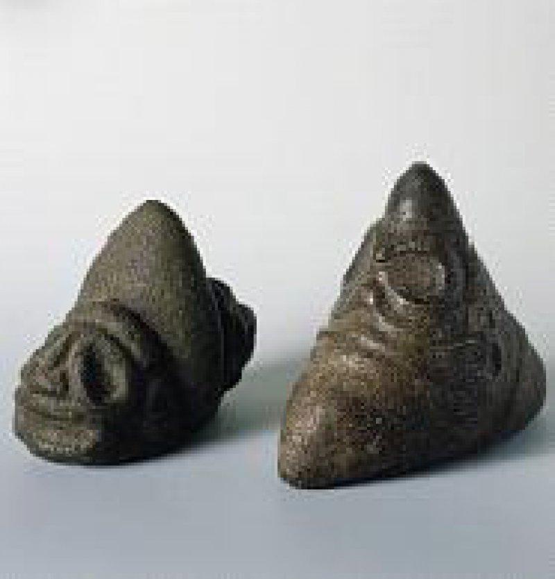 Zwei Dreispitzsteine der Taino-Kultur (vor 1500 nach Christus), Höhe 12 und 14 cm