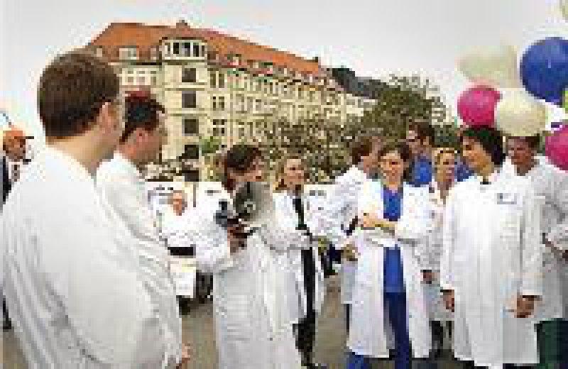 Berlin, 3. Mai: Abgesandte der Unikliniken nutzen die Medienpräsenz beim Ärztetag. Foto: Bernhard Eifrig