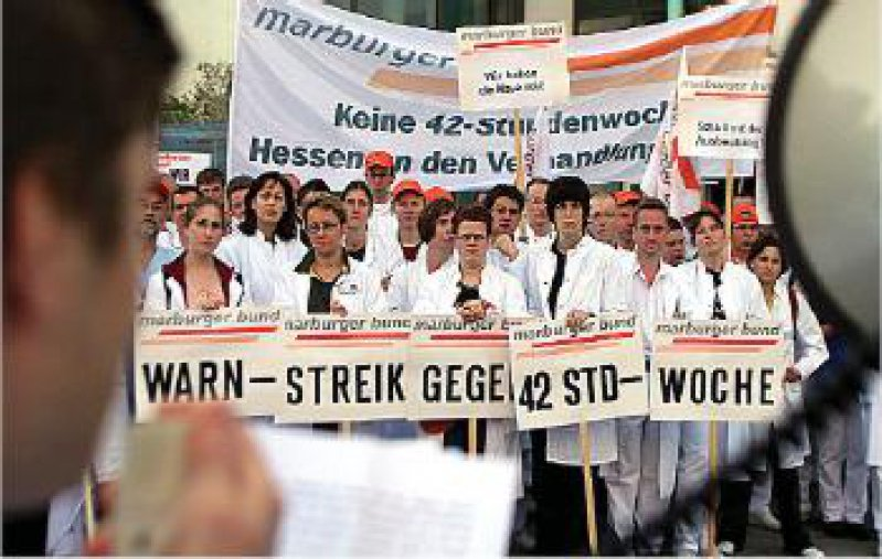 Gießen, 2. Mai: 2 000 Ärzte der drei hessischen Universitätskliniken beteiligen sich am Warnstreik. Kollegen halten den Notdienst aufrecht. Foto: ddp