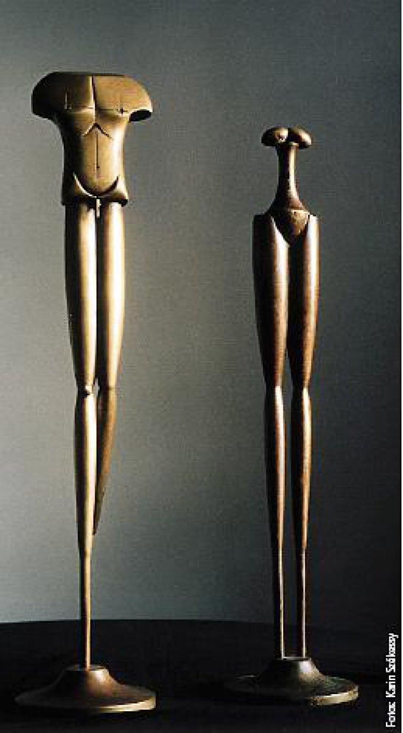 Zwei Stelen, ein bronzenes Paar, streng stilisiert (1997). Fotos: Karin Székessy