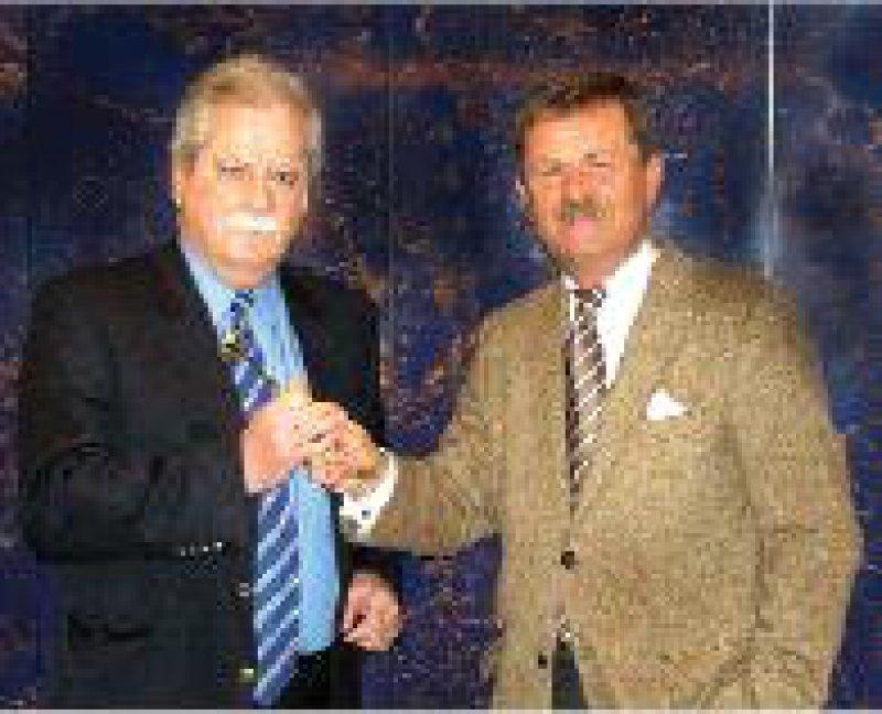 Vom Marburger Bund geehrt: Frank Ulrich Montgomery (rechts) überreicht Harald Clade den Goldenen Ehren-Reflexhammer. Foto: Eberhard Hahne