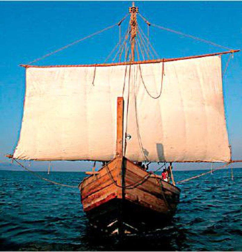 """Ein Nachbau des bronzezeitlichen Schiffs, die """"Uluburun II"""", segelt zurzeit auf dem Mittelmeer. Fotos: DBM"""