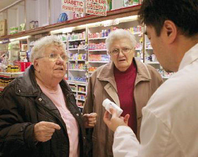 Bei vielen Senioren herrscht Verwirrung um Inhalte und Vorteile des neuen Medikamentenprogramms. Foto: laif