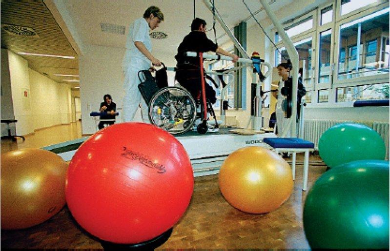Auf dem Weg zu mehr Beweglichkeit: Ein Patient trainiert in der Klinik Bergmannstrost in Halle/Saale. Foto: Frommann/laif