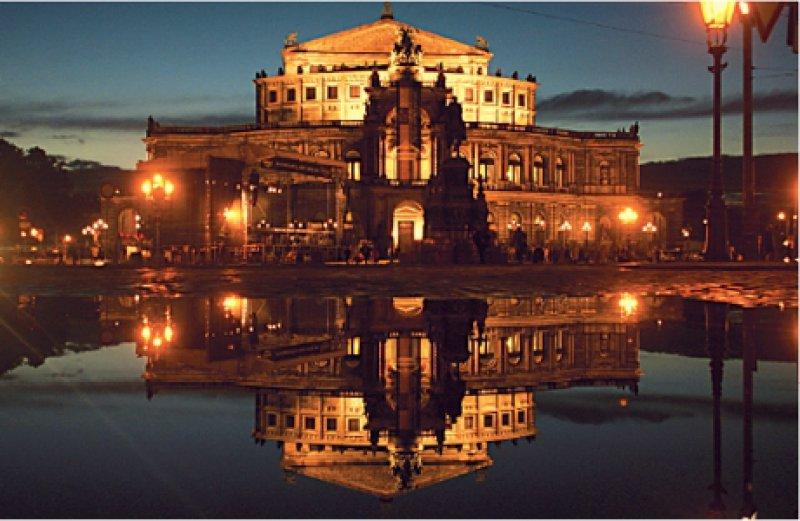 Die Dresdener Semperoper erstrahlt in abendlichem Glanz. Foto: ddp