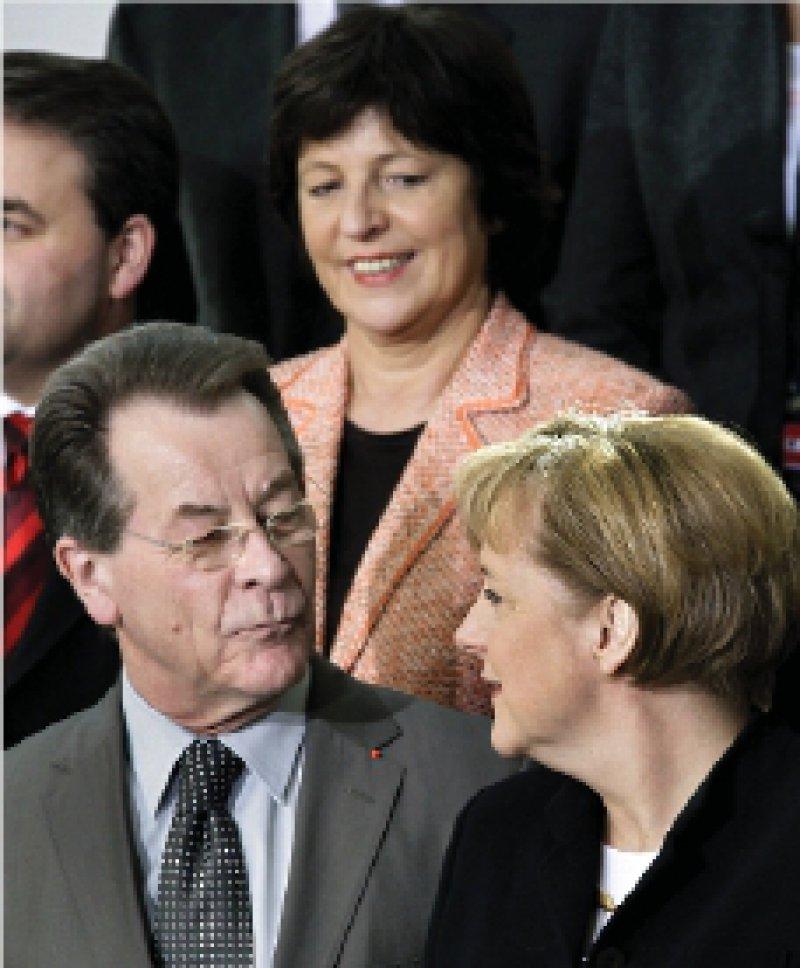 Franz Müntefering und Bundeskanzlerin Angela Merkel verhandeln unter Hochdruck über eine Gesundheitsreform. Ulla Schmidt blieb zunächst im Hintergund, sie wurde aber zur zweiten Runde geladen. Foto: dpa