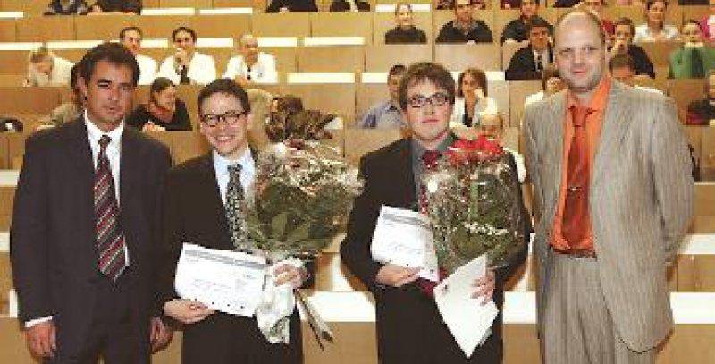 Laudator Wolfgang Brück, Direktor der Neuropathologie der Universität Göttingen, die beiden Preisträger Ralf Linker und Hans- Christian von Büdingen sowie Martin Wolfram, Produktmanager bei der Biogen Idec GmbH (von links). Foto: privat