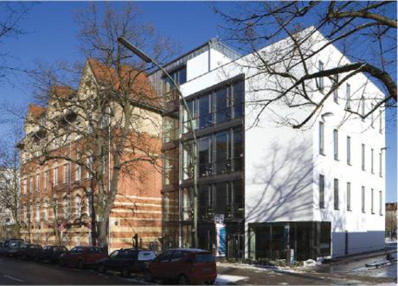 Nicht nahtlos, aber doch geschmeidig: Die Architektur des Polikums Friedenau integriert alte und neue Gebäudeteile. Fotos: Polikum