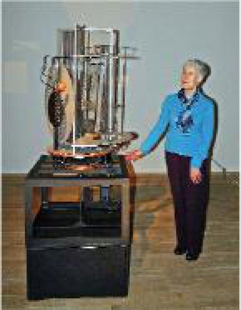 "Tochter Hattula Moholy-Nagy neben der kinetischen Installation ""Light Prop for an Electric Stage"" (1928–30)"