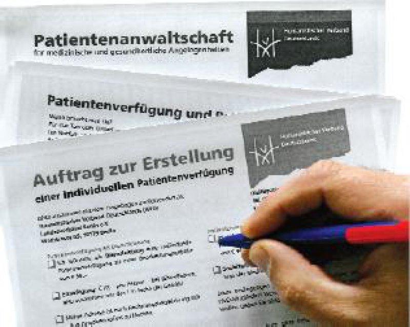 Rund 120 Vordrucke für Patientenverfügungen sind derzeit im Umlauf. Für Patienten ist es schwer, den Überblick zu behalten. Foto: dpa