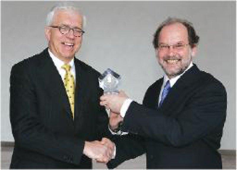 Ottfried Zierenbeg, MSD SHARP & DOHME, und Thomas Unger, Vorsitzender des Kollegiums des Robert-Koch- Awards (von links) Foto: MSD SHARP & DOHME GmbH