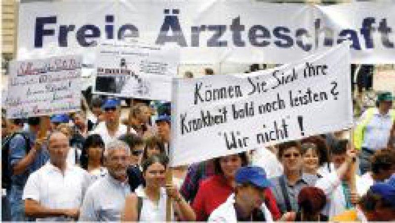 Mainz: Mit Transparenten und Trillerpfeifen zogen rund 2 000 Ärzte und Arzthelferinnen durch die Mainzer Innenstadt. Der Protestmarsch war Teil einer Protestwoche mit Praxisschließungen. Foto: ddp