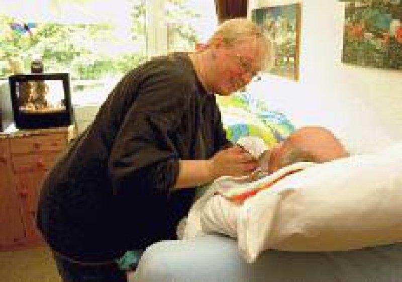 Beruf und Pflege eines Angehörigen sollen künftig besser vereinbart werden können. Foto: Klaus Rose