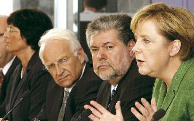 """Ernste Mienen, freundliche Worte: """"Ich glaube, dass die Gesundheitsreform Chancen hat"""", sagte Bundeskanzlerin Angela Merkel (CDU) über die Eckpunkte. SPD-Parteichef Kurt Beck sprach von einem maßgeblichen Schritt, CSU-Chef Edmund Stoiber vom Einstieg in eine große Reform. Foto: ddp"""