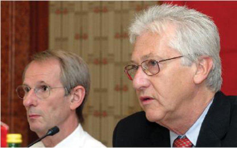 Der Präsident der gastgebenden Österreichischen Ärztekammer, Dr. med. Reiner Brettenthaler; links neben ihm Bundesärztekammer-Präsident Prof. Dr. med. Jörg-Dietrich Hoppe Foto: ÖÄK