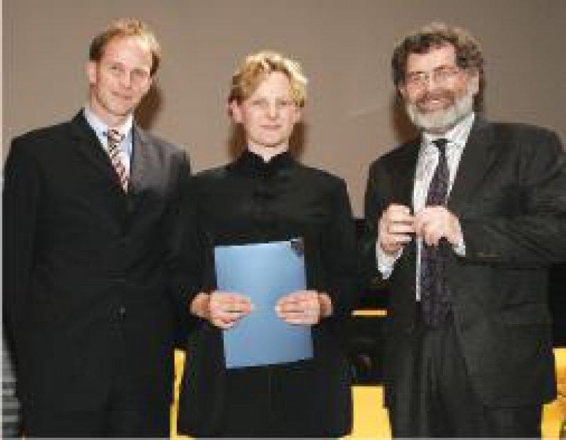 Stephan Silbermann, BERLIN-CHEMIE AG, Preisträgerin Susanne Neschen und Wolfgang Kerner, Präsident der Deutschen Diabetes-Gesellschaft (von links) Foto: Deckbar