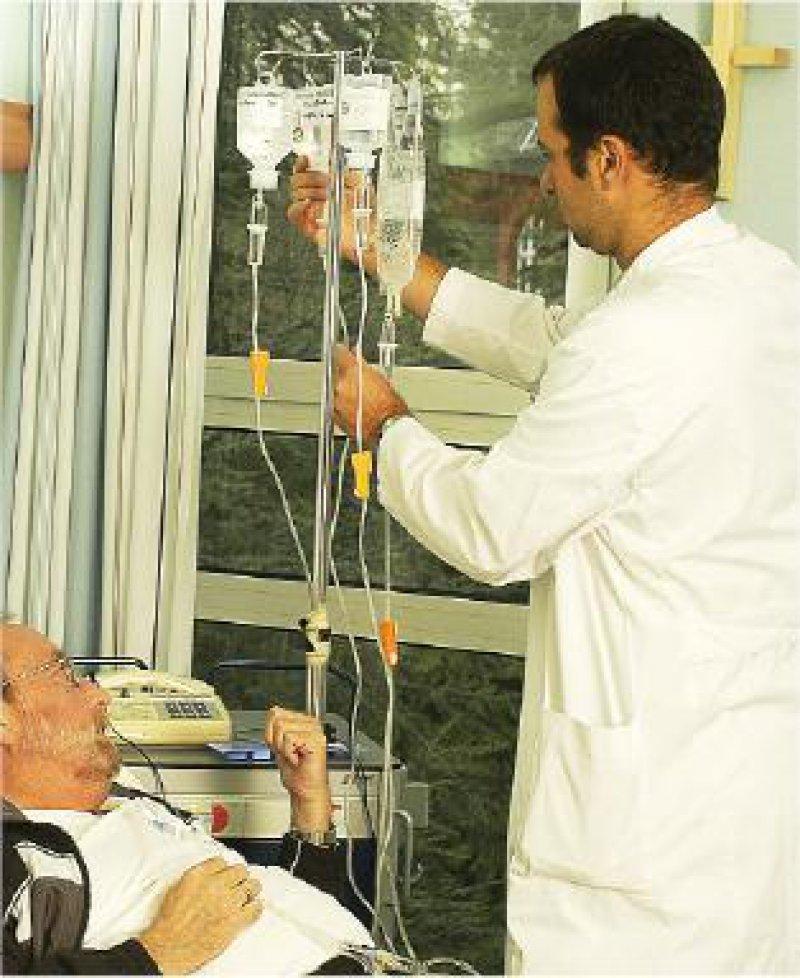 Effizienz sieht anders aus: Arzt beim Wechseln einer Infusionsflasche Foto: Peter Wirtz