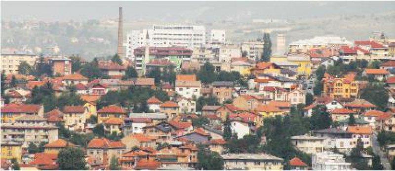 Nach dem Krieg befindet sich Sarajevo heute noch im Umbruch. Im Hintergrund das weiße Universitätsklinikum. Fotos: Barbara Nickolaus