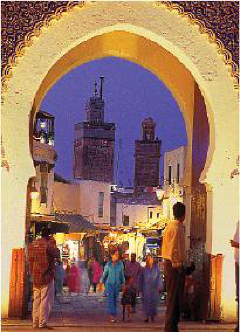 Das Bab Boujeloude ist der beste Ausgangspunkt für einen Besuch der Medina. Hier sind viele Cafés und Restaurants angesiedelt.