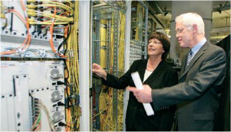 Erwarten Synergieeffekte durch das gemeinsame Rechenzentrum: Ulla Schmidt und Johannes Vöcking bei der GKV Informatik in Wuppertal Foto: dpa