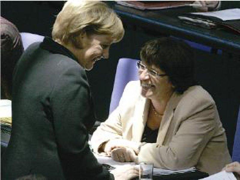 Haben gut lachen: Angela Merkel und Ulla Schmidt am 27. Oktober im Bundestag. Allen Widerständen zum Trotz beschloss die Regierung die Gesundheitsreform. Foto: ddp