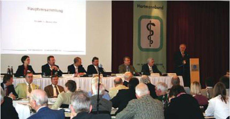 """Illusionslos stellte Gastredner Prof. Dr. med.Wolfgang Böhmer fest: """"Es ist berechtigt zu sagen, nach dieser Reform stehen wir vor der nächsten."""" Fotos: Hartmannbund/Krahmer"""