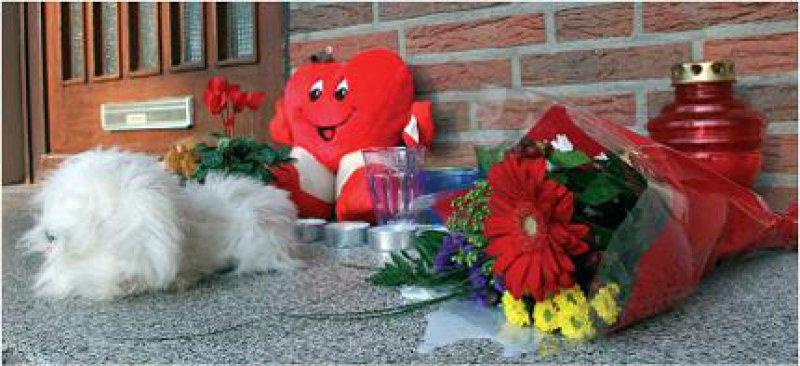 Blumen und Stofftiere vor dem Bremer Wohnhaus, in dem der zweijährige Kevin tot im Kühlschrank seines Vaters gefunden wurde. Foto: ddp