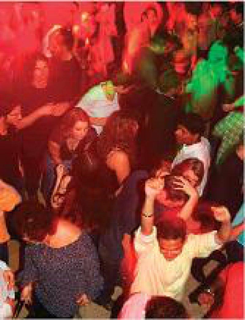 Ungleichbehandlung: Im Gegensatz zu Kneipen und Bars darf in Diskotheken künftig nicht mehr geraucht werden. Foto: Caro
