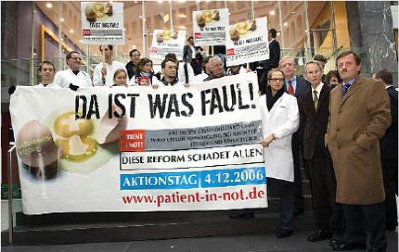 Aktionstag: Diese Reform schadet den Patienten – so das eindeutige Urteil von Frank Ulrich Montgomery, Jörg-Dietrich Hoppe und Rudolf Kösters (v. r. n. l.) vor der Bundespressekonferenz. Fotos: Ipon