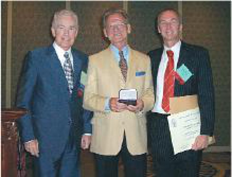 Harry K. Genant, Präsident der International Skeletal Society, Jürgen Freyschmidt, Marco Zanetti, Laudator (von links). Foto: privat
