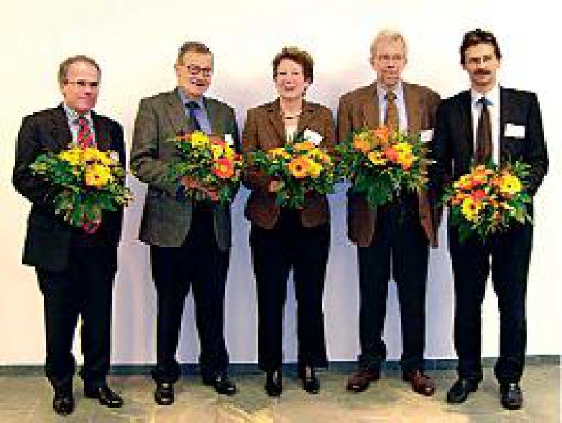 Der neu gewählte AkdÄ-Vorstand: Prof. Dr. med. Wilhelm- Bernhard Niebling, Prof. Dr. med. Roland Gogler, Prof. Dr. med. Ursula Gundert-Remy, Prof. Dr. med.Wolf- Dieter Ludwig und Prof. Dr. med. Kai Daniel Grandt (v.l.). Foto: AkdÄ