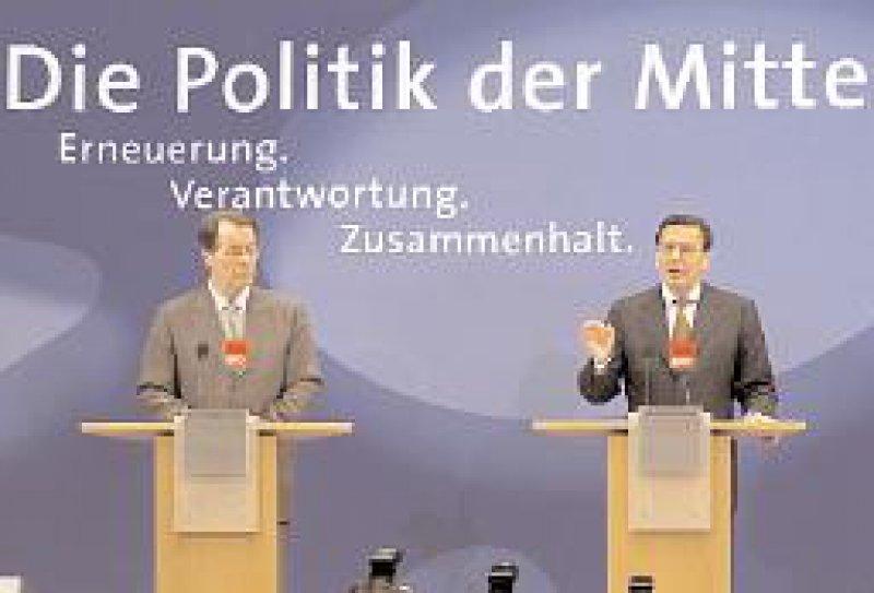 Überzeugungsarbeit: Der Kanzler erläutert das SPD-Wahlprogramm. Die Passagen zur Gesundheitspolitik sind im Internet unter www.aerzteblatt.de abrufbar. Foto: ddp