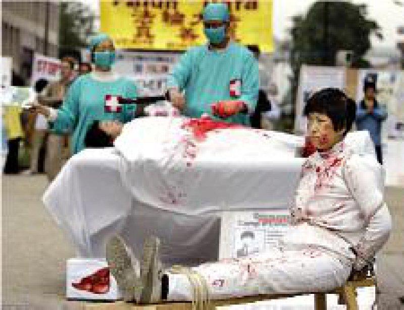 Protest gegen illegale Organentnahmen: Mitglieder der Falun-Gong-Sekte demonstrieren in Brüssel. Foto: AP
