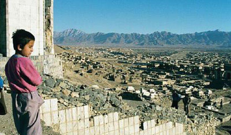 Ahmad blickt auf die von Bomben zerstörte afghanische Hauptstadt. Die Hoffnung braucht einen langen Atem. Fotos: Jo Kanders