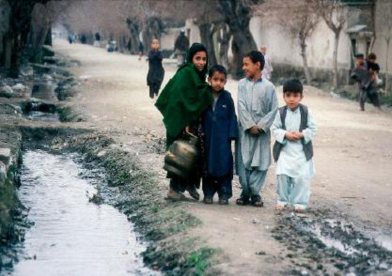 Spielplatz Kanalisation: Kinder vertreiben sich in Jalalabad neben den offenen Abwassergräben die Zeit.