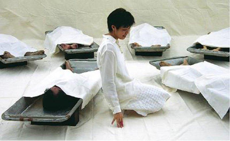 Death Seminar II Araya Rasdjarmrearnsook (*1974, Thailand), 2002, Videoprojektion, Courtesy of the artist. Foto: Deutsches Hygiene-Museum Dresden