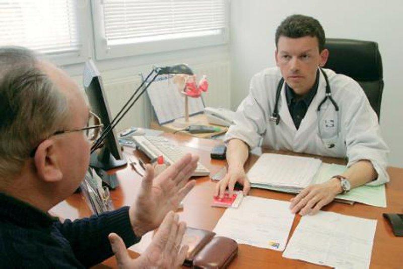 Auf Verlangen müssen dem Patienten die Originalunterlagen vollständig vorgelegt werden. Foto: SUPERBILD